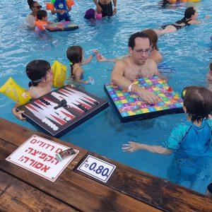 משחקים צפים על המים 300x300 - סולמות ונחשים צף לבריכה