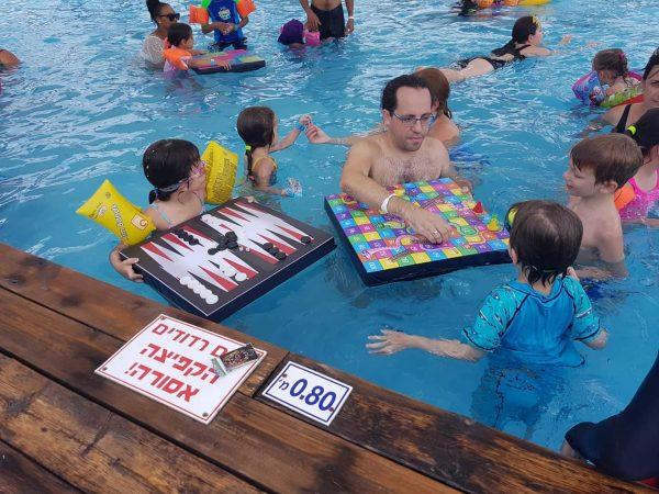 משחקים צפים על המים 600x450 - סולמות ונחשים צף לבריכה