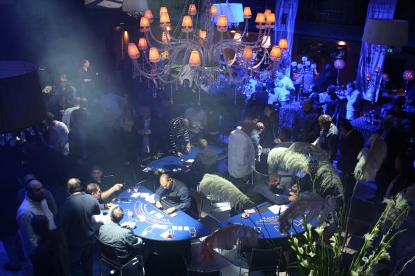 ערב קזינו 5 600x400 - שולחן פוקר טקסס הולדם