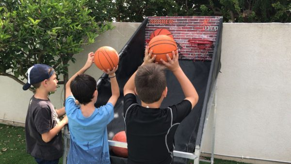 2018 05 03 09.59.58 600x338 - מתקן כדורסל זוגי SCORER