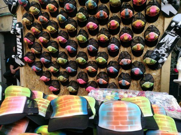 אייר בראש כובעים 2 600x450 - גרפיטי על כובעים