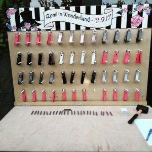 עמדת מחזיקי מפתחות מעור 300x300 - מחזיקי מפתחות מעור