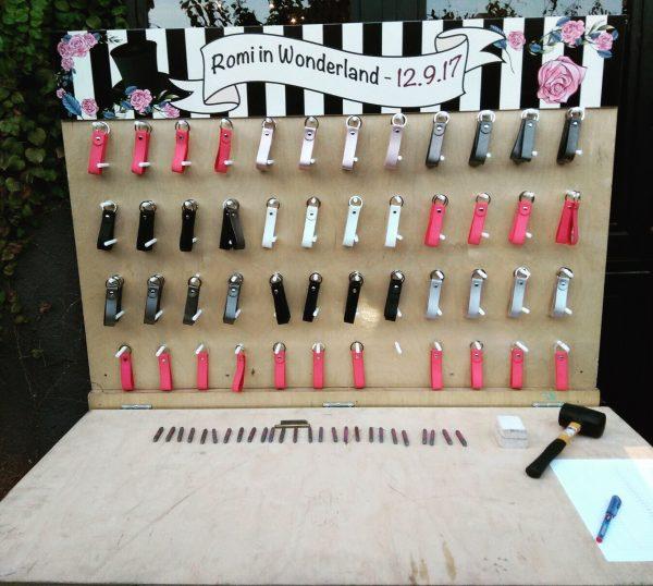 עמדת מחזיקי מפתחות מעור 600x538 - מחזיקי מפתחות מעור