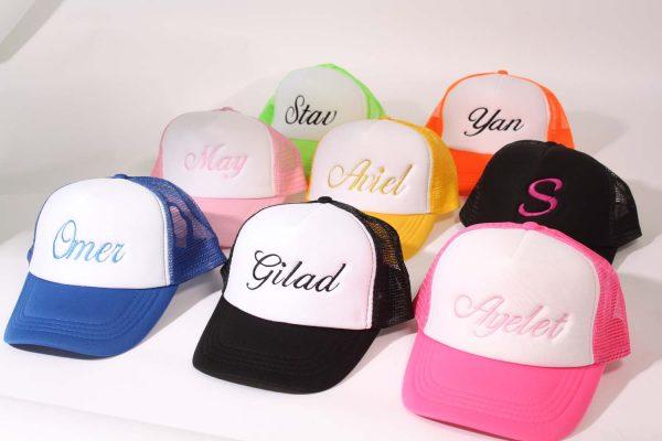 רקמה על כובעי רשת 600x400 - רקמה על כובעים