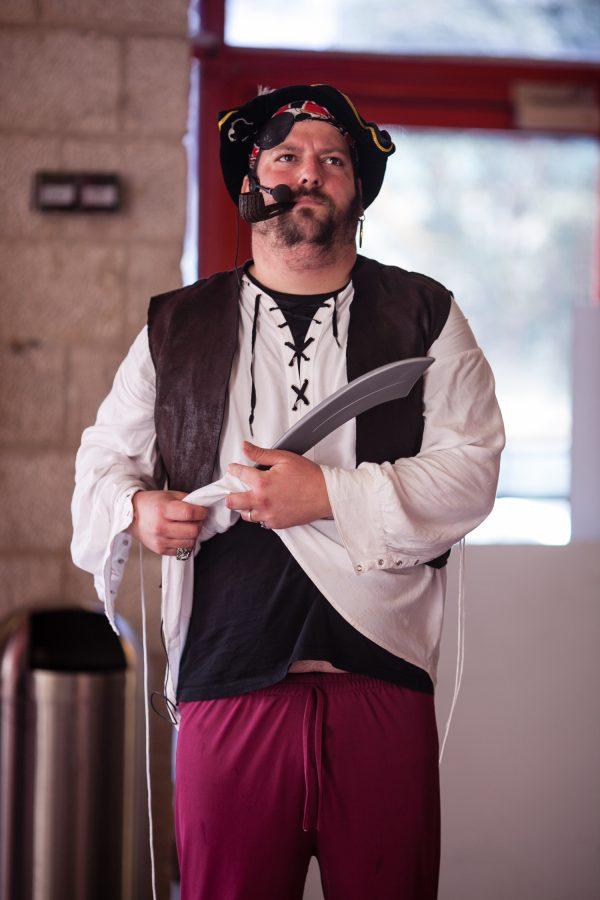 שחקן בדמות פיראט 600x900 - שחקנים לקבלת פנים